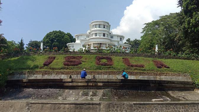 Taman di Vila Isola yang berada di area kampus Universitas Pendidikan Bandung (UPI) Bandung. (Liputan6.com/Huyogo Simbolon)