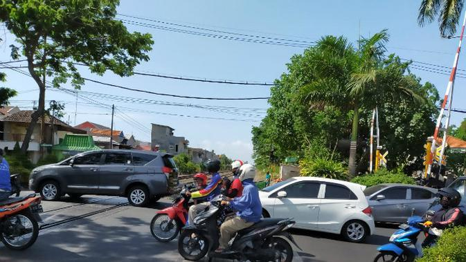 Perlintasan kereta api (Foto: Dok PT KAI Daop 8 Surabaya)
