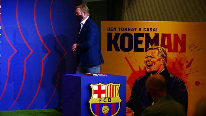 Pelatih baru Barcelona, Ronald Koeman, saat tiba di lokasi acara perkenalan di Barcelona, Rabu (20/8/2020). Koeman resmi menjadi pelatih Barcelona untuk dua tahun kedepan. (AP/Joan Monfort)