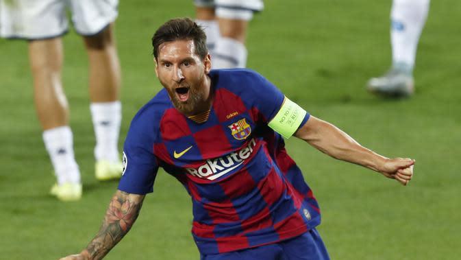 Bintang Barcelona Lionel Messi merayakan golnya ke gawang Napoli pada leg kedua babak 16 besar Liga Champions di Camp Nou, Minggu (9/8/2020). Barcelona menang 3-1. (AP Photo/Joan Monfort)