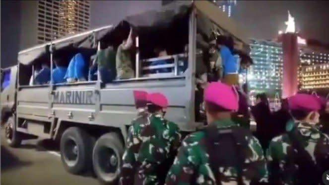 VIVA Militer : Prajurit Marinir TNI AL memulangkan massa aksi UU Omnibus Law