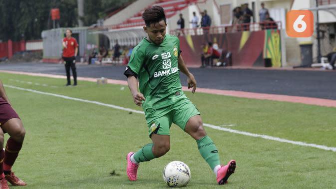 Gelandang Bhayangkara FC, Andik Vermansah, menggiring bola saat melawan PSM Makassar pada laga uji coba di Stadion PTIK, Jakarta, Rabu, (5/2/2020). Bhayangkara FC takluk 0-1 dari PSM Makassar. (Bola.com/M Iqbal Ichsan)