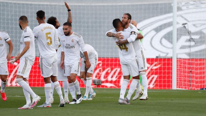 Para pemain Real Madrid merayakan gol Sergio Ramos ke gawang Eibar di Estadio Alfredo Di Stefano, Minggu (14/6/2020) waktu setempat. (Twitter Real Madrid)