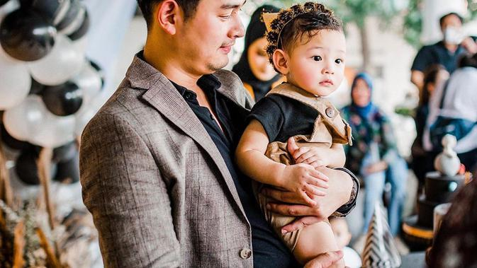 Potret Hangat Miqdad Addausy Momong Anak. (Sumber: Instagram.com/miqdadsy)