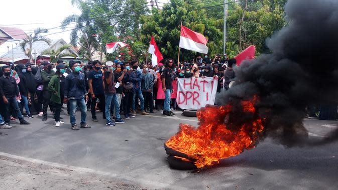 Massa yang menamakan diri Kesatuan Masyarakat Dompu atau KMD yang terdiri dari para mahasiswa menggelar unjuk rasa menolak pengesahan UU Omnibuslaw dan Ciptaker. (Liputan6.com/ Miftahul Yani)