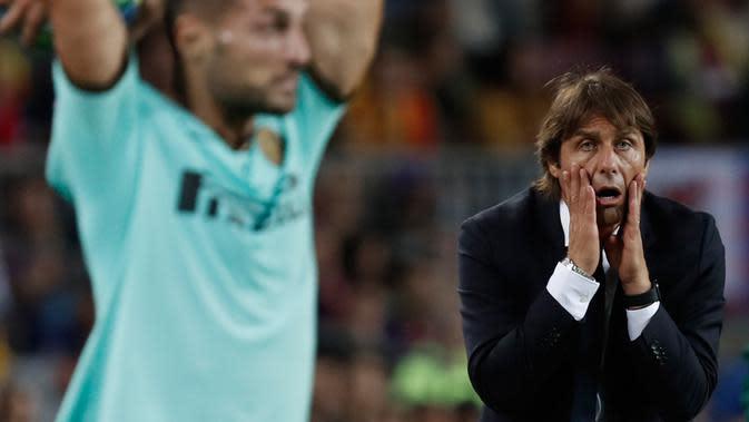 Ekspresi pelatih Inter Milan Antonio Conte saat menyaksikan anak asuhnya menghadapi Barcelona pada lanjutan Liga Champions di Stadion Camp Nou, Barcelona, Spanyol, Rabu (2/10/2019). Barcelona menang 2-1 lewat gol Luis Suarez. (AP Photo/Joan Monfort)