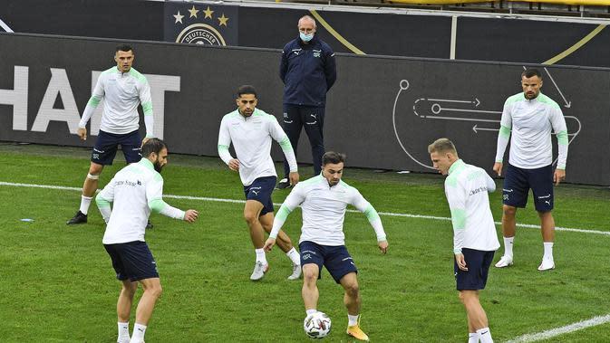 Gelandang Swiss, Xherdan Shaqiri (tengah) bersama rekan-rekannya saat mengikuti sesi latihan tim di Stadion RheinEnergie, Cologne, Jerman (12/10/2020). Swiss akan bertanding melawan Jerman dalam lanjutan UEFA Nations League Divisi A Grup 4 (A4). (AP Photo/Martin Meissner)