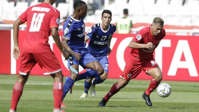 Striker Persija Jakarta, Silvio Escobar, menggiring bola saat melawan Becamex Binh Duong pada laga Piala AFC di SUGBK, Jakarta, Selasa (26/2). Kedua klub bermain imbang 0-0. (Bola.com/M. Iqbal Ichsan)