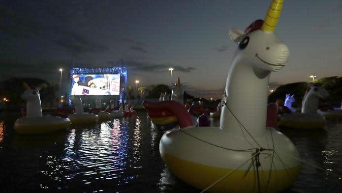 Sejumlah balon flamingo terlihat selama Festival Terapung pertama di Danau Sarah Kubstichek Brasilia, Brasil (30/9/2020). Brasil mengadakan festival pertama yang mengusung tema terapung. (AP Photo/Eraldo Peres)