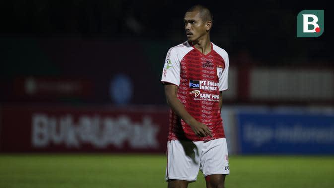 Bek Persipura Jayapura, Ricardo Salampessy, berjalan saat melawan Bhayangkara FC pada laga Liga 1 di Stadion PTIK, Jakarta, Senin (18/11). Bhayangkara menang 2-0 atas Persipura. (Bola.com/Vitalis Yogi Trisna)