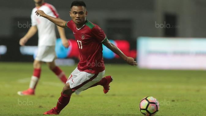 Pemain Timnas Indonesia U-23, Saddil Ramdani saat melawan Suriah U-23 pada laga persahabatan di Stadion Wibawa Mukti, Bekasi, Rabu (16/11/2017). Indonesia kalah 2-3. (Bola.com/NIcklas Hanoatubun)
