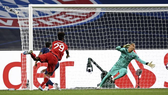Pemain Bayern Kingsley Coman, kiri, mencetak gol pembuka melawan penjaga gawang PSG Keylor Navas, kanan, pada pertandingan final Liga Champions antara Paris Saint-Germain dan Bayern Munich di stadion Luz di Lisbon, Portugal, Minggu, 23 Agustus 2020. (Davi