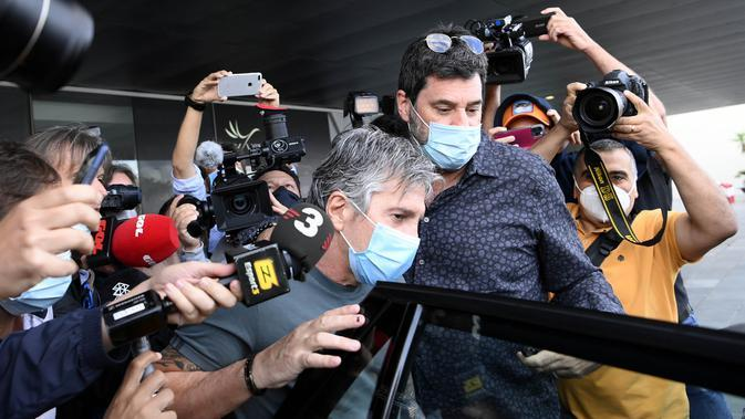 Ayah sekaligus agen Lionel Messi, Jorge Messi, menaiki mobil saat tiba di Bandara, Barcelona, Rabu (2/9/2020). Kedatangan ayah Messi tersebut untuk membahas masa depan anak nya di Barcelona. (AFP/Lluis Gene)