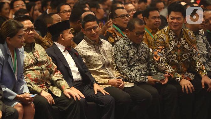 Sandiaga Uno (keempat kiri) menghadiri acara pelantikan pengurus Himpunan Pengusaha Muda Indonesia (HIPMI) periode 2019-2024, di Hotel Raffles, Jakarta, Rabu (15/1/2020). Sandiaga Uno hadir dalam acara ini sebagai mantan Ketua Umum HIPMI periode 2005-2008. (Liputan6.com/Angga Yuniar)