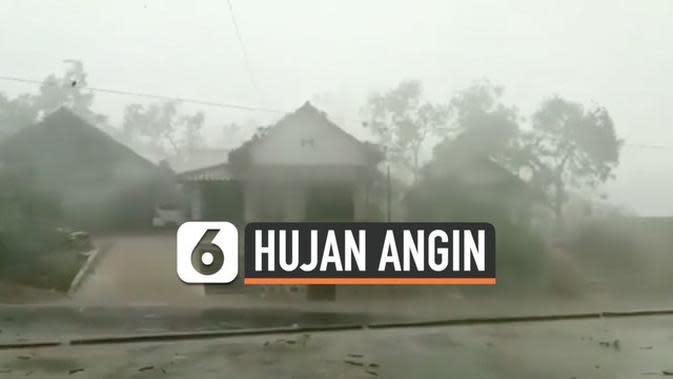 VIDEO: Hujan Angin Terpa Ponorogo, Atap Rumah Terbang