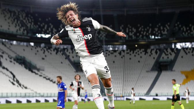 Pemain Juventus, Federico Bernardeschi, melakukan selebrasi usai mencetak gol ke gawang Sampdoria pada laga Serie A di Allianz Stadium, Turin, Senin (27/7/2020). Kemenangan 2-0 ini membuat juventus mengunci gelar juara Serie A musim 2019-2020. (AP Photo/Antonio Calanni)