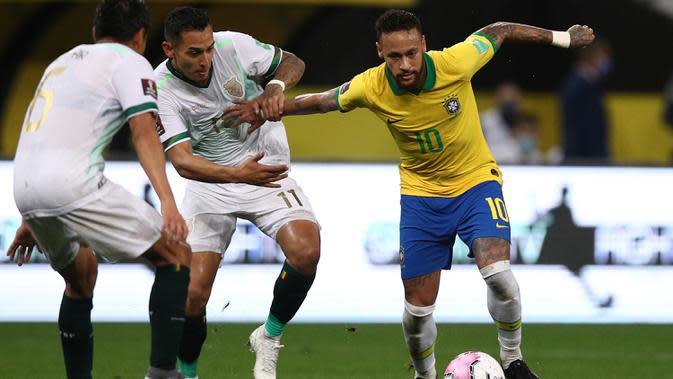 Penyerang Brasil, Neymar, berusaha melewati pemain Bolivia pada laga kualifikasi Piala Dunia 2020 di Corinthians Arena, Sabtu (10/10/2020) pagi WIB. Brasil menang 5-0 atas Bolivia. (AFP/Buda Mendes/pool)