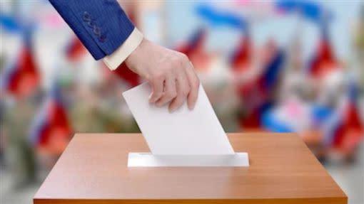 公職人員該不該禁止帶職參選?