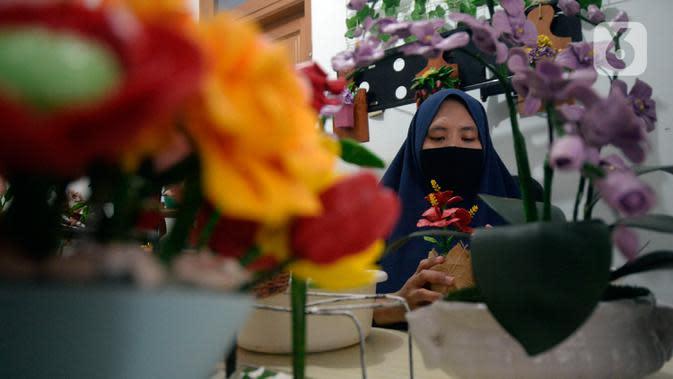 Perajin bunga sabun, Irniyuniati membuat bunga mawar dari sabun batangan yang sudah diolah di Perumahan Bukit Indah, Ciputat, Tangerang Selatan, Jumat (2/10/2020). Bunga-bunga yang terbuat dari bahan dasar sabun dijual dengan harga Rp35 ribu hingga Rp 700 ribu per biji. (merdeka.com/Dwi Narwoko)