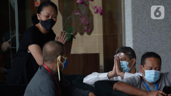 Dirut PT Bumiloka Tegar Perkasa , Nanang Hamdani Basnawi menunggu di lobi Gedung KPK, Jakarta, Kamis (2/7/2020). Nanang diperiksa terkait dugaan korupsi kegiatan penjualan dan pemasaran pesawat pada PT. Dirgantara Indonesia tahun 2007-2017. (merdeka.com/Dwi Narwoko)