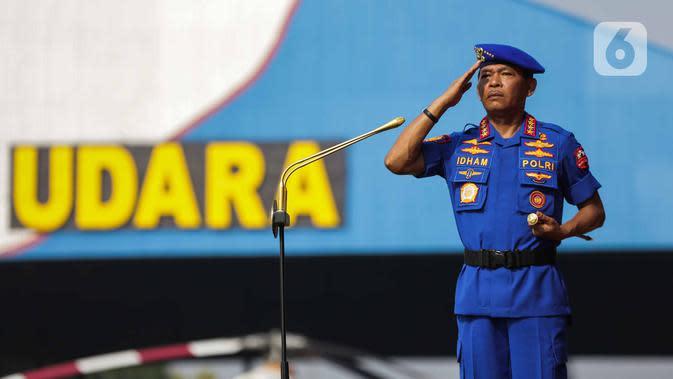 Kapolri Jenderal Idham Azis memberi hormat saat upacara HUT ke-69 Polairud di Mako Polairud, Pondok Cabe, Tangerang, Banten, Rabu (4/12/2019). HUT bertema 'SDM Unggul dengan Almatsus Modern, Korpolairud Baharkam Polri Siap Menjaga Stabilitas Keamanan Dalam Negeri'. (Liputan6.com/Faizal Fanani)