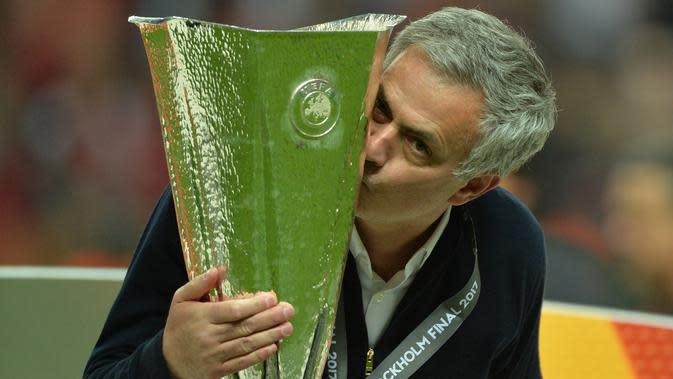 Pelatih Manchester United, Jose Mourinho, mencium trofi usai menjuarai Piala Europa dengan mengalahkan Ajax Amsterdam pada final Liga Europa di Friends Arena, Stockholm, Rabu (24/05/2017). Manchester United menang 2-0.(EPA/Peter Powell)