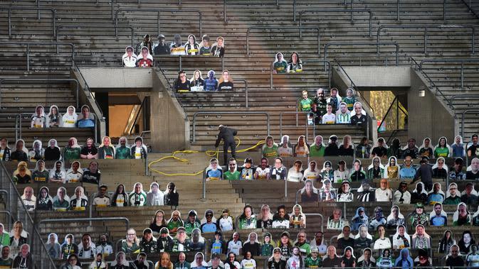 Cardboard pendukung Borussia Moenchegladbach mengisi kursi penonton di stadion Borussia Park, Moenchengladbach, Jerman, Rabu (20/5/2020). Ribuan Cardboard gambar suporter Borussia Moenchegladbach dipasang untuk mendukung timnya saat berlaga di kompetisi Bundesliga. (AFP/Ina Fassbender)