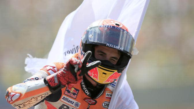 Pebalap Repsol Honda, Marc Marquez, melakukan selebrasi usai finis pada MotoGP Belanda di Sirkuit Assen, Belanda, Minggu (30/6/2019). Vinales sukses menjadi juara dengan catatan waktu 40 menit 55,415 detik. (AP//Peter Dejong)