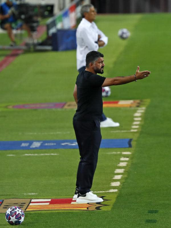 Pelatih Napoli, Gennaro Gattuso menginstruksikan pemainnya saat bertanding melawan Barcelona pada leg kedua babak 16 besar Liga Champions di Stadion Camp Nou , Spanyol, Sabtu (8/82020). Barcelona menang 3-1 atas Napoli dan melaju ke perempat final dengan agregat skor 4-1. (AP Photo/Joan Monfort)