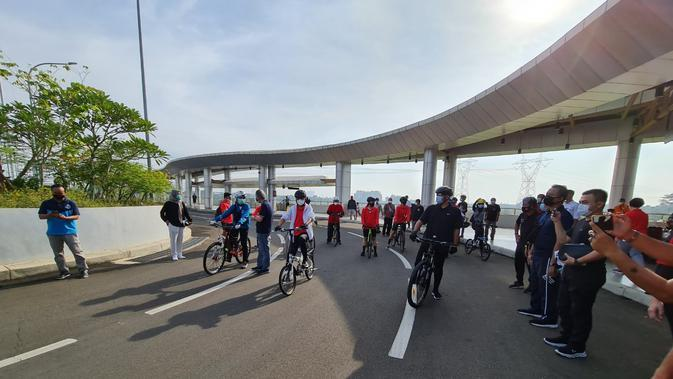 Menteri Perhubungan Budi Karya Sumadi pun berkesempatan menjajal area jalan utama Intermoda BSD City dengan bersepeda, Tangerang, Minggu (4/10)