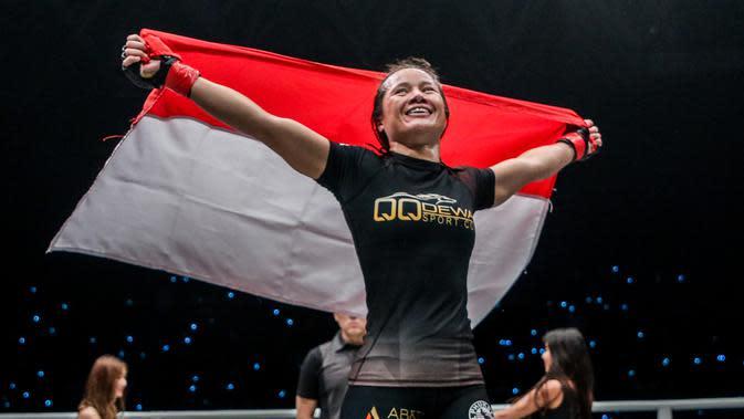 Priscilla Hertati Lumban Gaol merayakan kemenangan atas Nou Srey Pov di ajang One Championship bertajuk One: For Honor. (Dok One Championship)