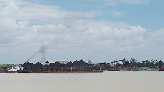 Aktivitas penumpukan (stockpile) batu bara di Desa Muara Jambi, Senin (24/8/2020). Warga mengeluhkan debu hitam dari aktivitas stockpile batu bara. (Liputan6.com/Gresi Plasmanto)