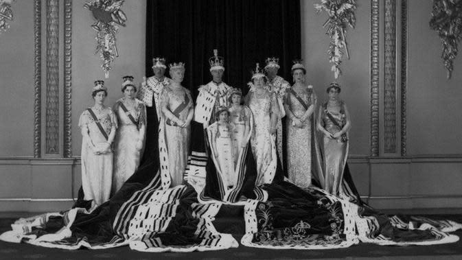 George VI (tengah), dinobatkan sebagai Raja Inggris pasa 12 Mei 1937 (National Portrait Gallery)