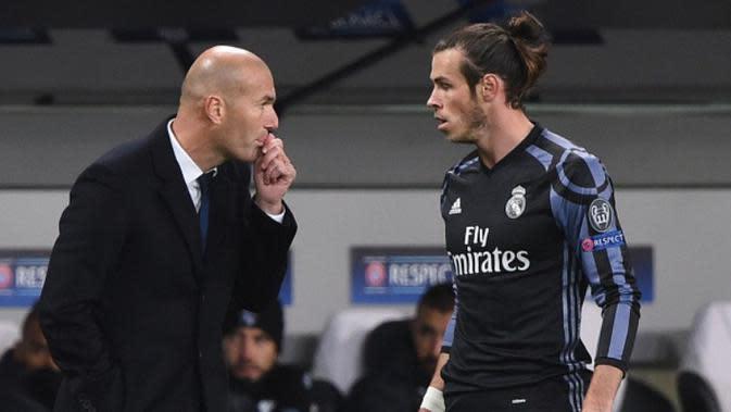 Gelandang Real Madrid Gareth Bale (kanan) mendapat instruksi dari pelath Zinedine Zidane pada laga melawan Legia Warsawa di Pepsi Arena, Warsawa, Rabu (2/11/2016). (AFP/Janek Skarzynski)