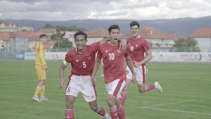 Pemain Timnas U-19 Indonesia Jack Brown (kanan) merayakan golnya ke gawang Makedonia Utara dalam laga uji coba di Stadion NK Junak Sinj, Split, Minggu (11/10/2020). (foto: PSSI)