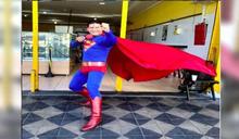 喜劇男星穿超人裝表演「徒手擋車」 遭撞飛奇蹟無傷喊:我是鋼鐵人!