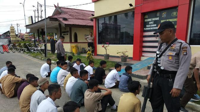 Sejumlah pelajar STM yang diamankan di Kendari oleh polisi usai tawuran.(Liputan6.com/Ahmad Akbar Fua)