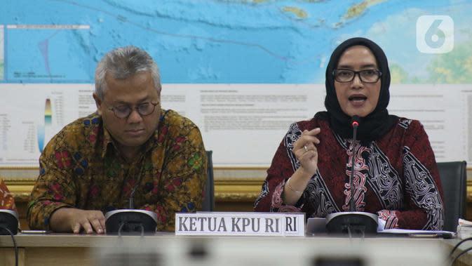Evi Novida Ginting (kanan) bersama Ketua KPU RI, Arief Budiman usai memberi keterangan terkait pernyataan sikap KPU RI terhadap putusan DKPP di Jakarta, Kamis (19/3/2020). Evi Novida Ginting menyatakan keberatan dan akan mengajukan gugatan atas putusan DKPP. (Liputan6.com/Helmi Fithriansyah)