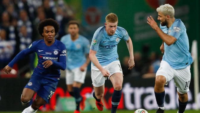 Aksi Kevin De Bruyne lewati Willian pada laga final Carabao Cup 2019 yang berlangsung di stadon Wembley, London, Senin (25/2). Man City menang 4-3 atas Chelsea lewat drama adu penalti. (AFP/Glyn Kirk)