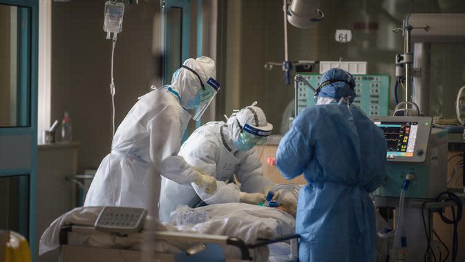 Petugas medis dari Provinsi Jiangsu bekerja di sebuah bangsal ICU Rumah Sakit Pertama Kota Wuhan di Wuhan, Provinsi Hubei, 22 Februari 2020. Para tenaga medis dari seluruh China telah mengerahkan upaya terbaik mereka untuk mengobati para pasien COVID-19 di rumah sakit tersebut. (Xinhua/Xiao Yijiu)