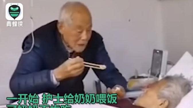Sama-sama terinfeksi virus Corona, kakek ini tetap suapi istrinya bikin haru. (Sumber: YouTube)