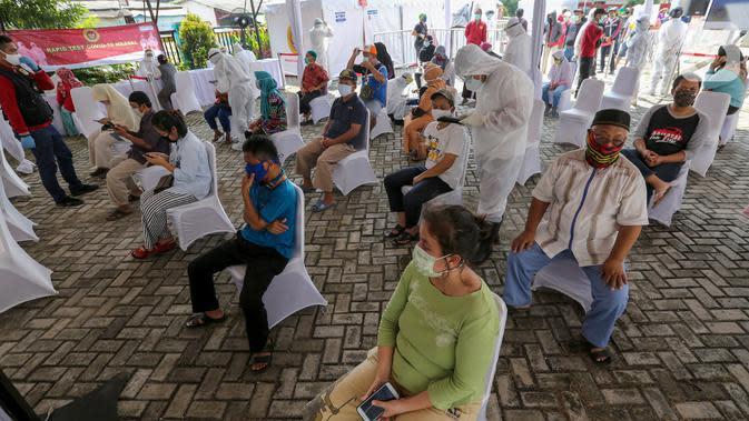 Warga antre menunggu panggilan mengikuti rapid test massal di Kantor Kelurahan Pondok Betung, Tangerang Selatan, Kamis (14/5/2020). Sebanyak 500 alat rapid tes covid-19 dilakukan dengan cara menjemput bola menggunakan mobil laboratorium milik BIN. (Liputan6.com/Fery Pradolo)