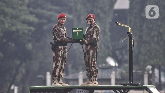 Danjen Kopassus Mayjen TNI I Nyoman Cantiasa secara simbolis menyerahkan tongkat komando Danjen Kopassus kepada Brigjen TNI Mohammad Hasan di Mako Kopassus, Cijantung, Jakarta, Kamis (10/9/2020). (merdeka.com/Iqbal S. Nugroho)