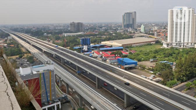 Kendaraan melintas di Tol Layang Jakarta-Cikampek, Bekasi, Jawa Barat, Minggu (7/6/2020). Jalan Tol Layang Jakarta Cikampek II (Eleveted) mulai hari ini kembali beroperasi setelah sebelumnya ditutup total akibat kebijakan larangan mudik Lebaran sejak Minggu (7/5/2020). (Liputan6.com/Herman Zakharia)