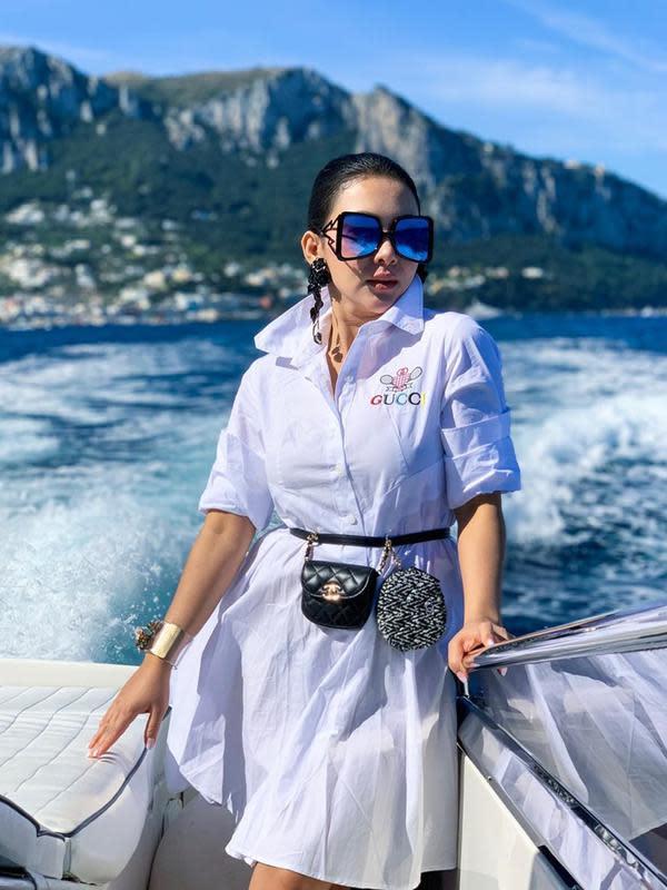 Syahrini tampil menawan saat menaiki kapal dengan mengarungi perairan yang ada di Amafi, Italia. Menggunakan busana serba putih dengan tas lucu pada ikat pinggangnya. Menjadikan penampilan Syahrini memukau ditambah dengan kacamata besarnya. (Liputan6.com/IG/@princessyahrini)