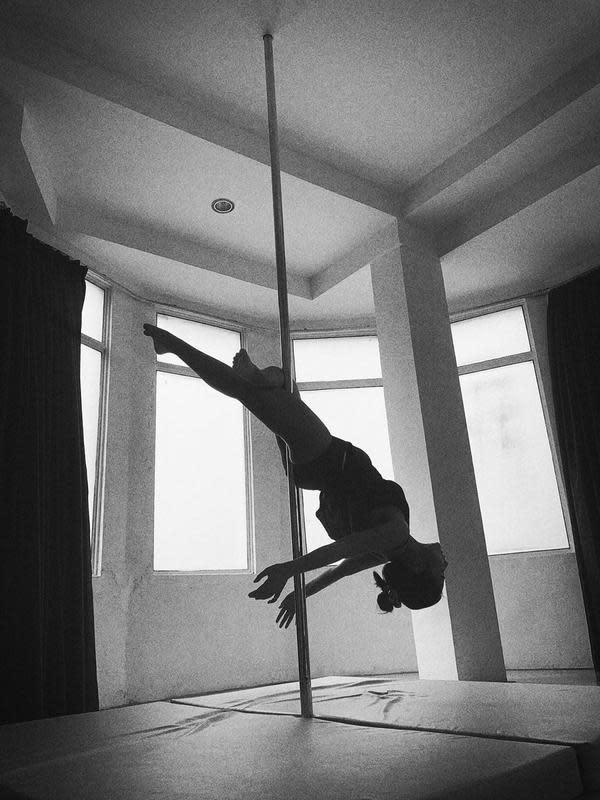 Tidak hanya ruangan inti seperti kamar, ruang makan dan ruang keluarga, Prilly juga menyediakan ruang untuk kegiatan pribadinya. Seperti yang satu ini adalah ruang untuk Prilly melakukan Pole Dance. Lihat kan tubuh Prilly menggeliat pada tiang? (Instagram/prillylatuconsina96)