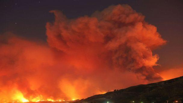 PHOTO: Smoke rises from the 'Thomas Fire' as it spreads over thousands of acres near Santa Paula, Calif., Dec. 4, 2017. (David McNew/Reuters)