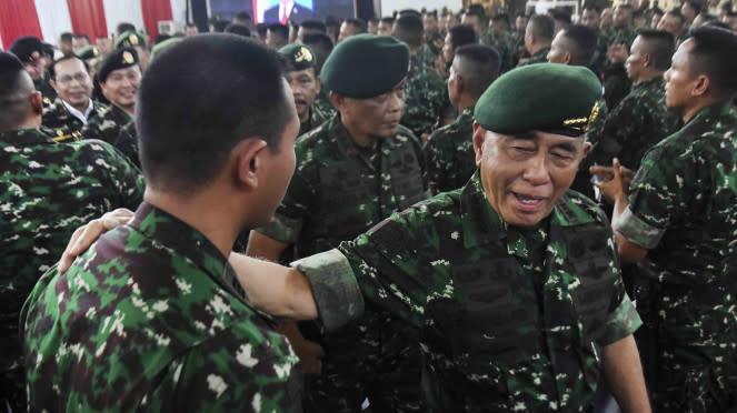 Menteri Pertahanan, Ryamizard Ryacudu (kanan) menyapa perwira Kostrad.