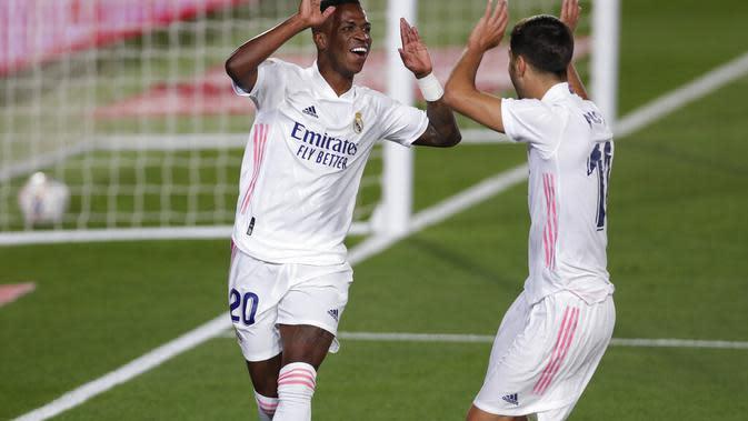 Pemain Real Madrid, Vinicius Junior (kanan), berselebrasi setelah menjebol gawang Real Valladolid pada pertandingan Liga Spanyol, di Stadion Alfredo Di Stefano, Kamis (1/10/2020). (AP/Manu Fernandez)