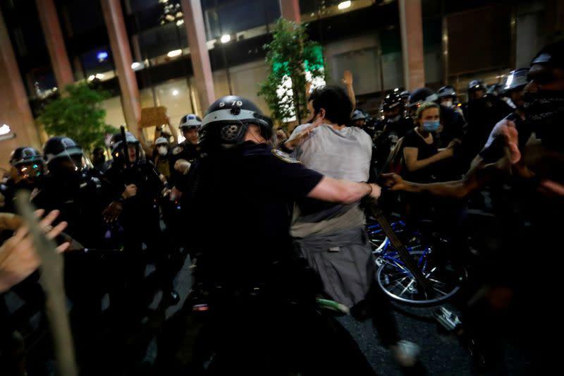 Apakah Anda anarkis? Pengacara sebut polisi New York bakar pandangan politik demonstran